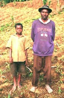 Enfant des rues réinséré en famille chez son papa