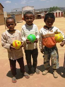 Des ballons en cadeaux de Noël pour les enfants du Centre Akany Aina à Madagascar