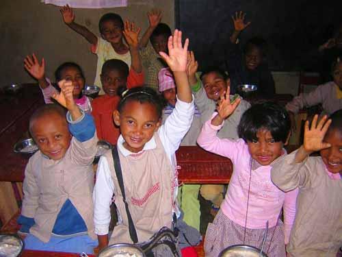 Les élèves du Centre Akany Aina à Madagascar vous disent Bonjour et Merci