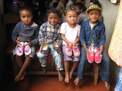 Des chaussures neuves en cadeau de Noël pour les enfants du Centre Akany Aina à Madagascar