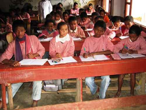Une classe bien remplie d'élèves au Centre Akany Aina à Madagascar