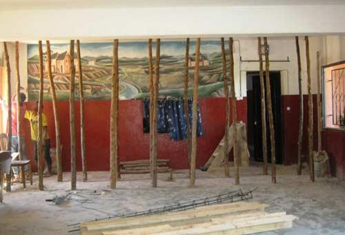 Travaux de consolidation de la poutre du plafond à l'école Akany Aina de Madagascar