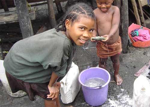 Corvée d'eau et de nettoyage pour ces enfants de Madagascar