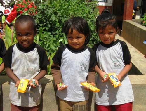 Distribution de friandises et de bonbons aux enfants du Centre Akany Aina à Madagascar