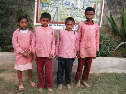 La pauvreté des familles d'Akany Aina à Madagascar est si grande que les enfants vont à l'école pieds nus