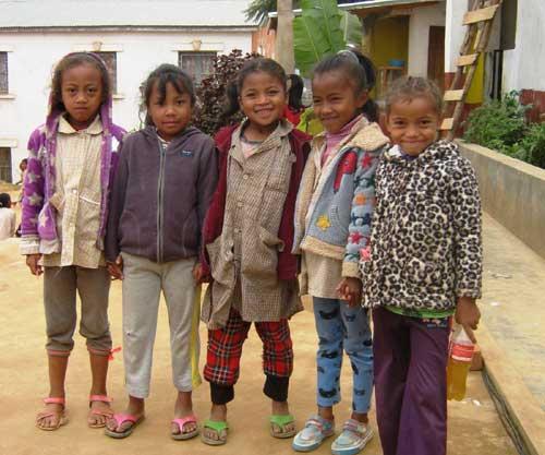 Ecoliers du Centre Akany Aina à AMbatolampy, Madagascar