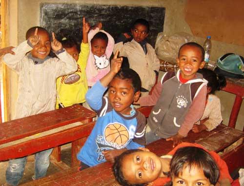 Les plus jeunes écoliers du Centre Akany Aina à Madagascar dans leur salle de classe