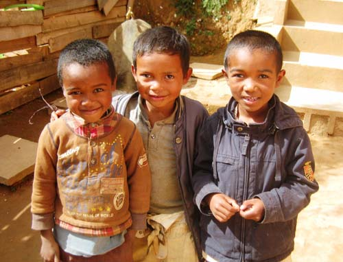 Trois sourires d'enfants de Madagascar, élèves à l'école Akany Aina d'Ambatolampy