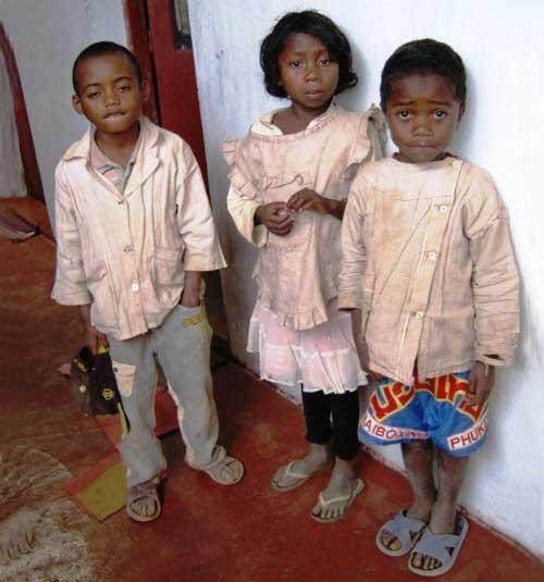 Enfants pauvres d'une famille vulnérable de l'école Akany Aina à Madagascar