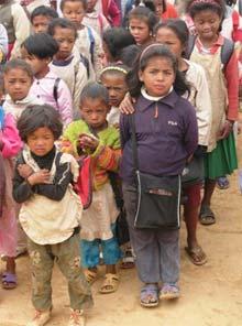 Enfants chantant l'hymne du Centre Akany Aina à Madagascar