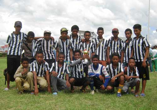 L'équipe de football cadette d'Akany Aina reçoit son trophée