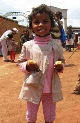 De la brioche pour le goûter de Noël des enfants d'Akany Aina à Madagascar