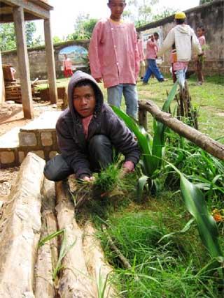 Enfants malgaches apprenant le jardinage au Centre Akany Aina