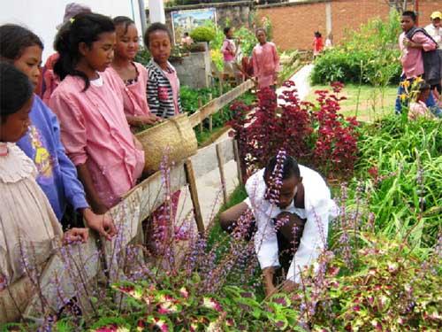 Travaux de jardinage pour les enfants du Centre Akany Aina à Madagascar