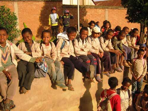 Enfants de Madagascar élèves à l'école Akany Aina