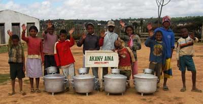 Les enfants d'Akany Aina remercient les élèves du Collège Aristide Bruant de Courtenay pour les marmites offertes