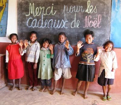 Les enfants du Centre Akany Aina remercient leurs parrains et marraines pour les cadeaux de Noël qu'ils ont reçus