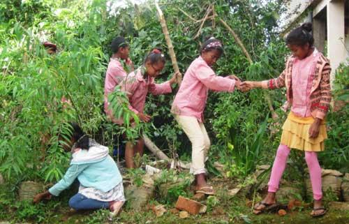 Nettoyage du jardin, des bosquets et de la cour par les enfants du Centre Akany Aina à Madagascar