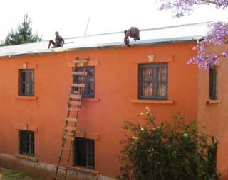 Pose de gouttières sur le toit du Centre Akany Aina à Madagascar