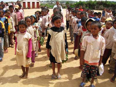 Les élèves d'Akany Aina en rangs avant d'entrer en classe