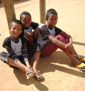 Dans la cour de récréation, le sourire des enfants du Centre Akany Aina à Madagascar pour vous remercier