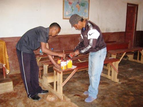 Réparation des bancs et pupitres scolaires au Centre Akany Aina à Madagascar