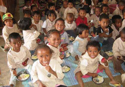 Les élèves se régalent avec des goyaves à la cantine de l'école Akany Aina d'Ambatolampy à Madagascar