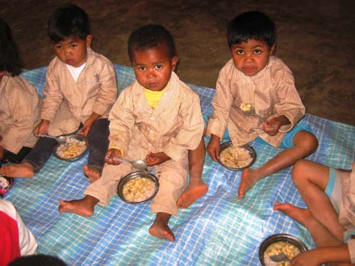 Repas de midi pour les jeunes élèves de maternelle au centre Akany Aina à Madagascar