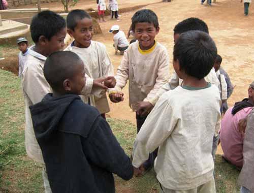 Ronde d'enfants pendant la récréation à l'école Akany Aina d'Ambatolampy à Madagascar