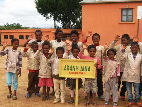 Le salut des enfants du Centre Akany Aina de Madagascar à leurs bienfaiteurs