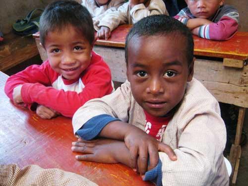 Le sourire des enfants du Centre Akany Aina à Madagascar qui vont pouvoir suivre des programmes éducatifs et récréatifs à la télévision