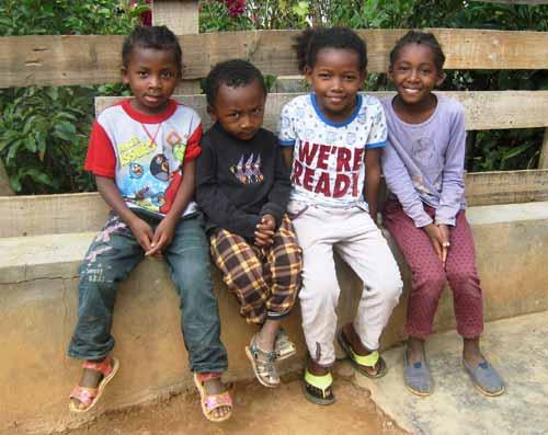 Sourire d'enfants malgaches, élèves à l'école Akany Aina d'Ambatolampy à Madagascar