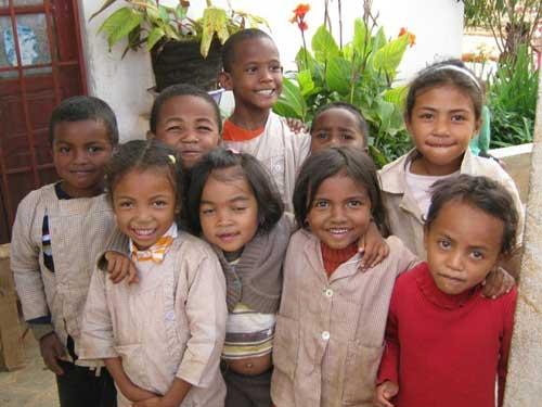 Des vêtements neufs pour les enfants du Centre Akany Aina à Madagascar