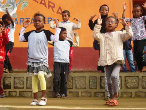 Spectacle de danse des écoliers pour la fête du 20ème anniversaire du Centre Akany Aina à Madagascar