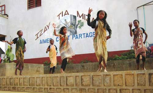 Spectacle à l'école Akany Aina à Madagascar lors de la distribution des prix