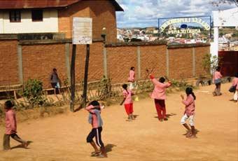 Le terrain de basket du centre Akany Aina à Madagascar