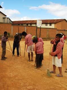 Les enfants d'Akany Aina tracent les limites du terrain de basket
