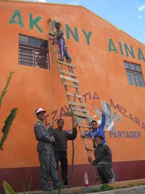 Travaux de peinture pour la rénovation de l'école Akany Aina à Madagascar