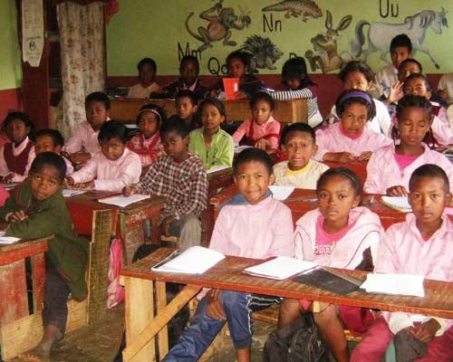 Les élèves de la classe de CE1 à l'école malgache Akany Aina