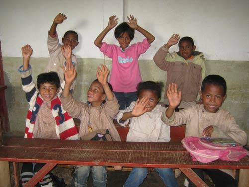 Depuis Madagascar, les enfants de l'école Akany Aina d'Ambatolampy vous saluent !