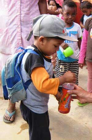 Des bonbons et des jus de fruits, un goûter de fête pour les enfants du Centre Akany Aina à Madagascar