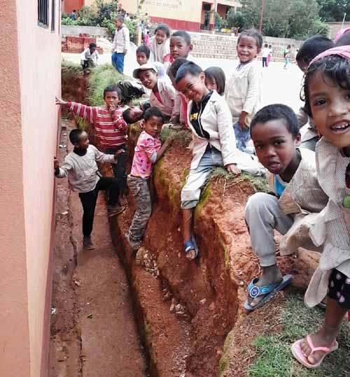 Un fossé dangereux pour les élèves de l'école Akany Aina d'Ambatolampy à Madagascar
