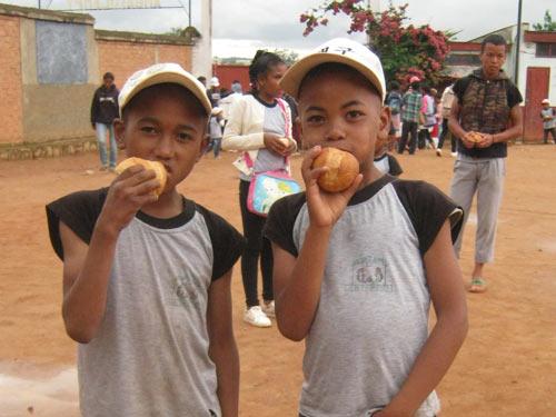 Un goûter sous forme de petites brioches est servi aux élèves de l'école Akany Aina d'Ambatolampy à Madagascar