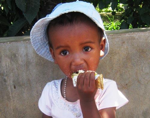 Goûter de Noël des élèves de l'école Akany Aina à Madagascar