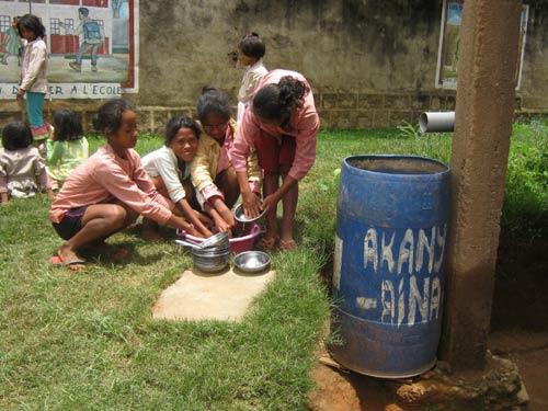Grand nettoyage de la vaisselle à l'école Akany Aina d'Ambatolampy, Madagascar