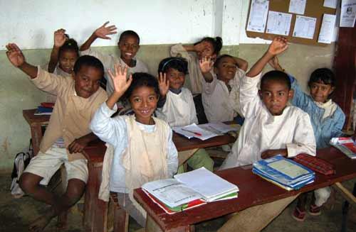 les enfants de l'école Akany Aina à Madagascar vous saluent