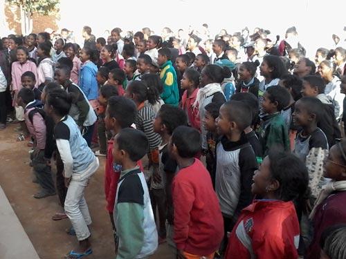 Les élèves de l'école Akany Aina assistent au spectacle proposé par les scoutes kenyanes en visite à Madagascar