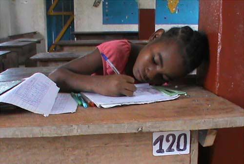 Apprentissage de l'écriture pour les enfants de l'école d'Ambodirafia à Madagascar