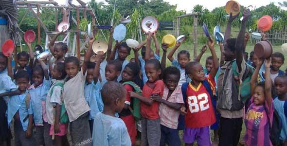 Les enfants font la queue devant la cantine de l'école d'Ambodirafia à Madagascar