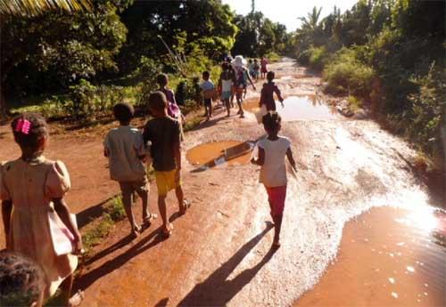 Sur le chemin de l'école d'Ambodirafia à Madagascar
